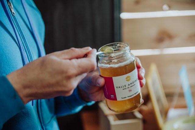 Mujer con frasco de miel en su mano. Esquel.
