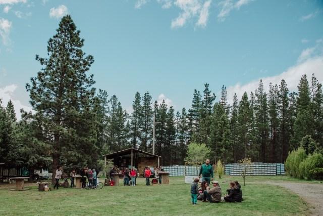 Personas en grupo con el bosque de fondo en la chacra.