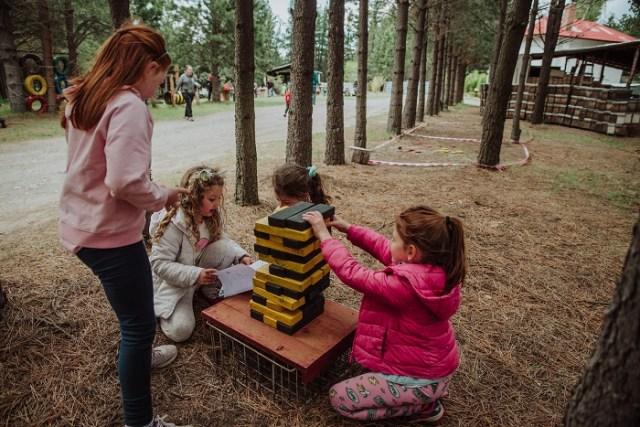 Niños jugando en el predio donde se fabrica la miel mas austral del país, Esquel.
