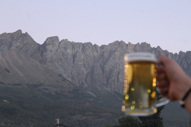 Cerveza con la montaña de fondo.