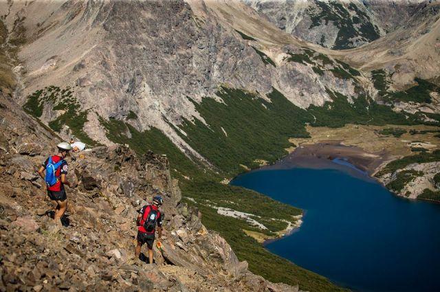 Dos hombres participando de la competencia de trekking 4 refugios en Bariloche.