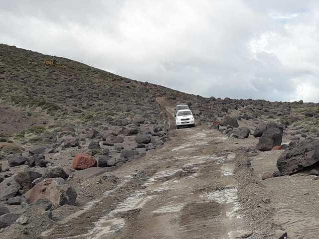 Camionetas transitando por la huella recién abierta.