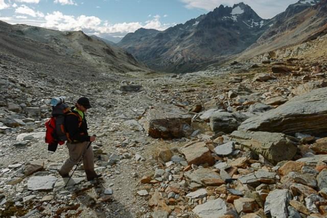 Hombre haciendo trekking en e verano de Ushuaia.