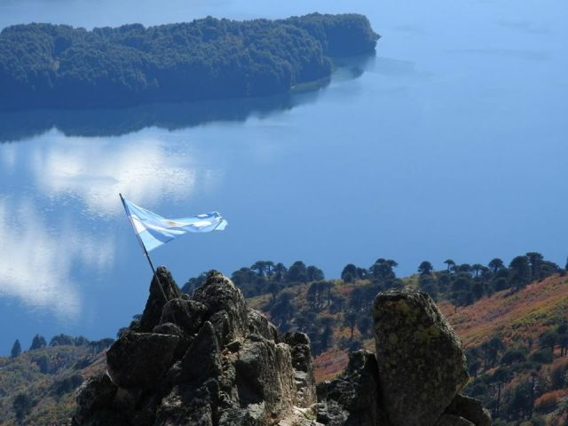 Panorámica del lago en Villa Pehuenia