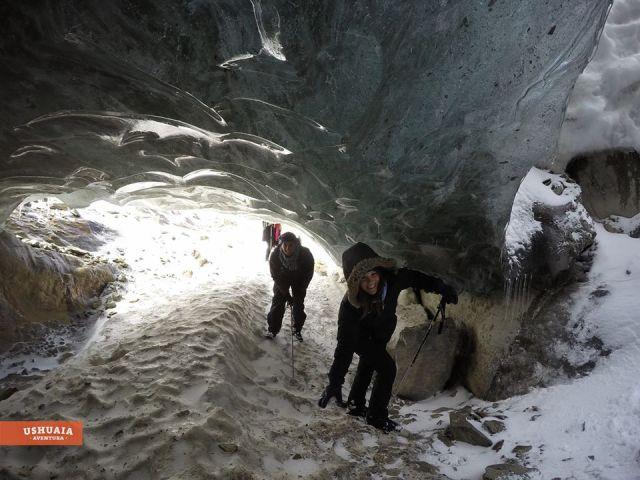 Personas dentro de la cueva que se forma por el deshielo del glaciar Vinciguerra.