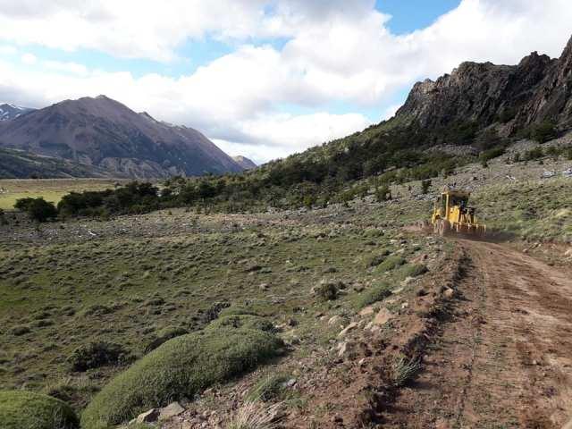 Maquinaria pesada trabajando en la ruta que une Lago Posadas con el Parque Nacional.