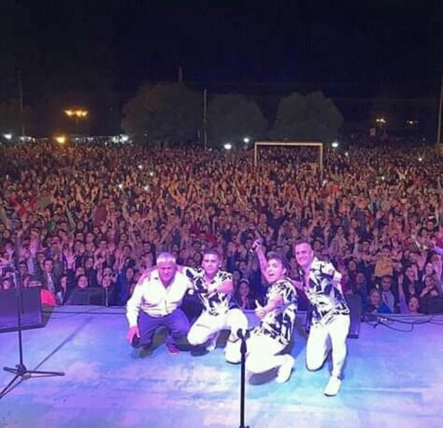 Banda XXI con el público detrás en la Fiesta Nacional de Tren a Vapor.