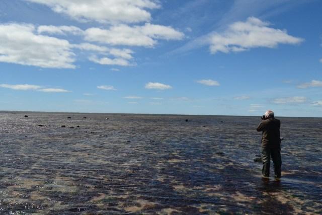 Hombre tomando fotografías en la playa de Río Grande.