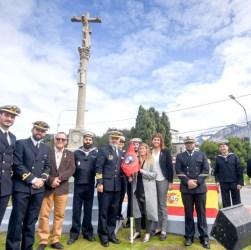 Funcionarios con los tripulantes españoles. Ushuaia, posta de Santiago de Compostela.