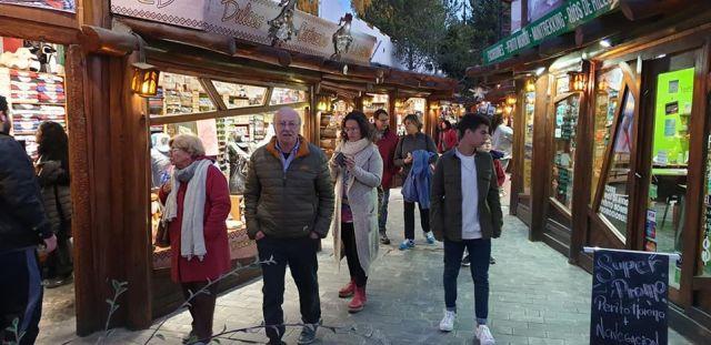 Gente caminando por las calles de El Calafate