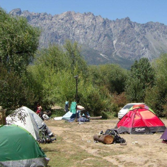 Carpas esparcidas en el terreno del camping Ni Nada de El Bolsón.