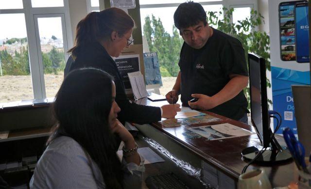 Empleadas asistiendo a turistas en la oficina de El Calafate. Más de medio millón de personas visitaron la localidad.