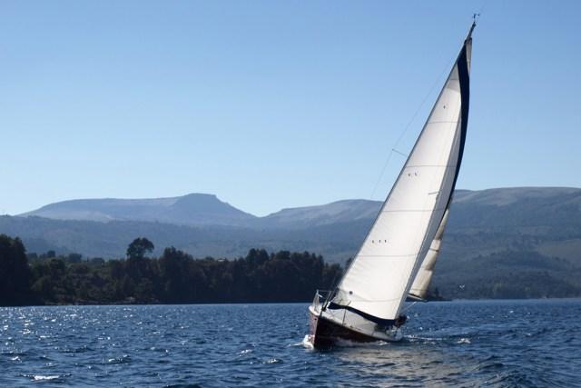 Embarcación a vela en uno de los lagos de Villa Pehuenia.