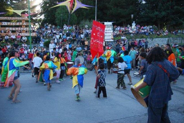 Gente bailando en el marco del Carnaval 2020 en Villa La Angostura.