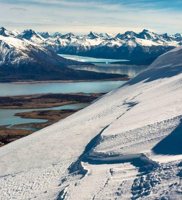 Cerro Cristal desde la cima con el glaciar al fondo.