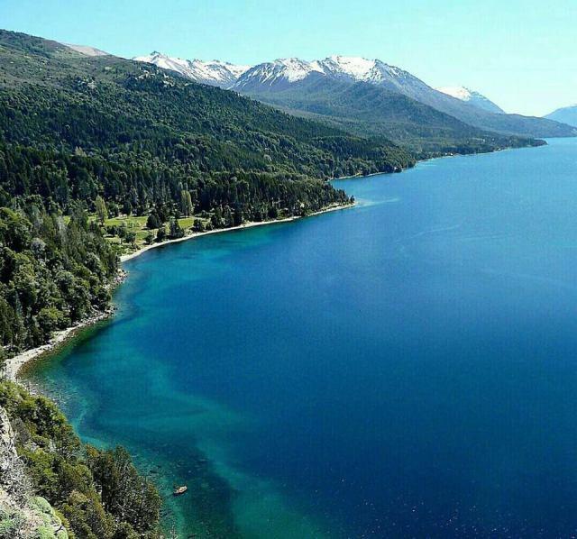 Panorámica del lago Traful con las montañas de fondo.
