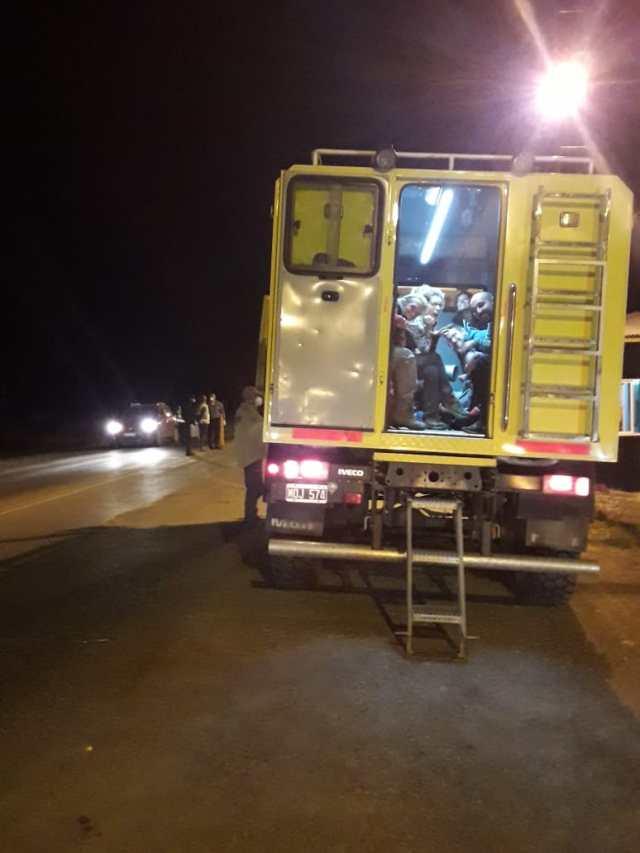 Gente evacuada de los refugios en el camión de Gendarmería.
