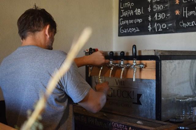 Germán sirviendo cerveza tirada artesanal.