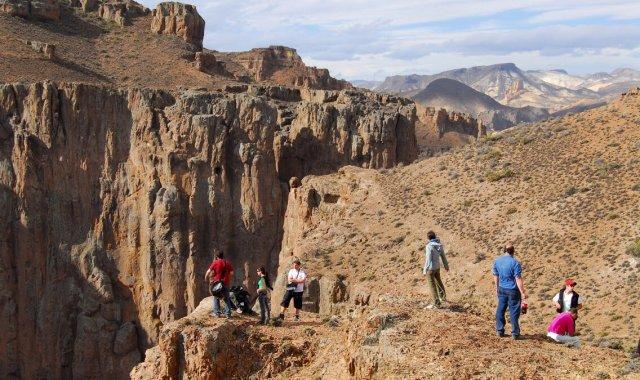 Gente observando desde las alturas de la roca principal.