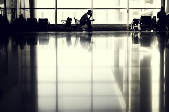 Persona esperando en el aeropuerto.