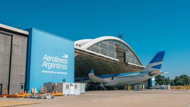 Avión en el hangar, prohíben vuelos hasta septiembre.