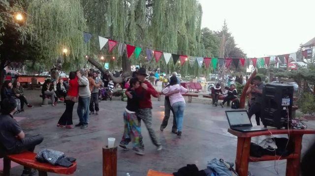 Gente bailando en El Farolito