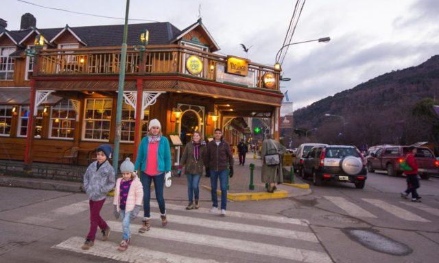 Gente caminando por la ciudad de San Martín de los Andes.