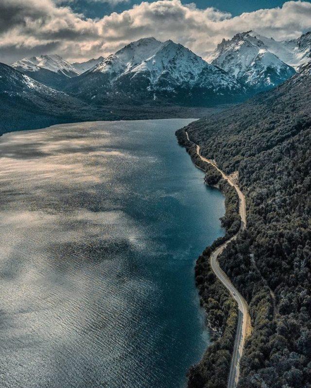 Ruta a Bariloche, parada para carga de autos eléctricos.