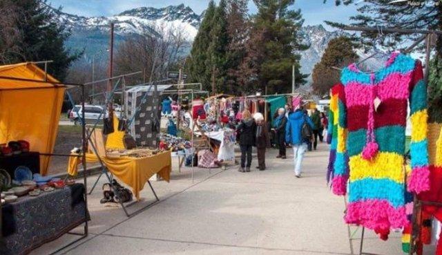 Feria de El bolsón en plaza Pagano.