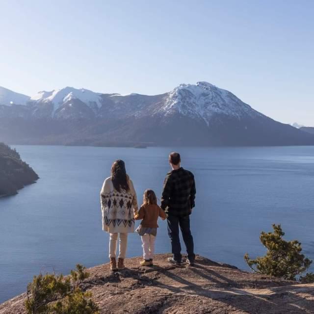 Familia disfrutando de la prueba piloto de apertura del turismo en Bariloche.