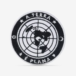Patch Bordado Terra Plana em fundo preto, com termocolante 8,5x8,5cm da PATCH GANG