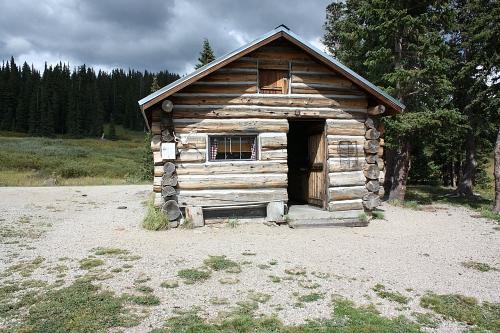 cabane de rondins de bois