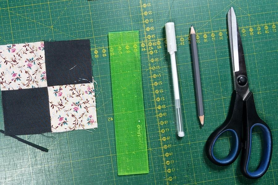 découper les tissus de patchwork aux ciseaux