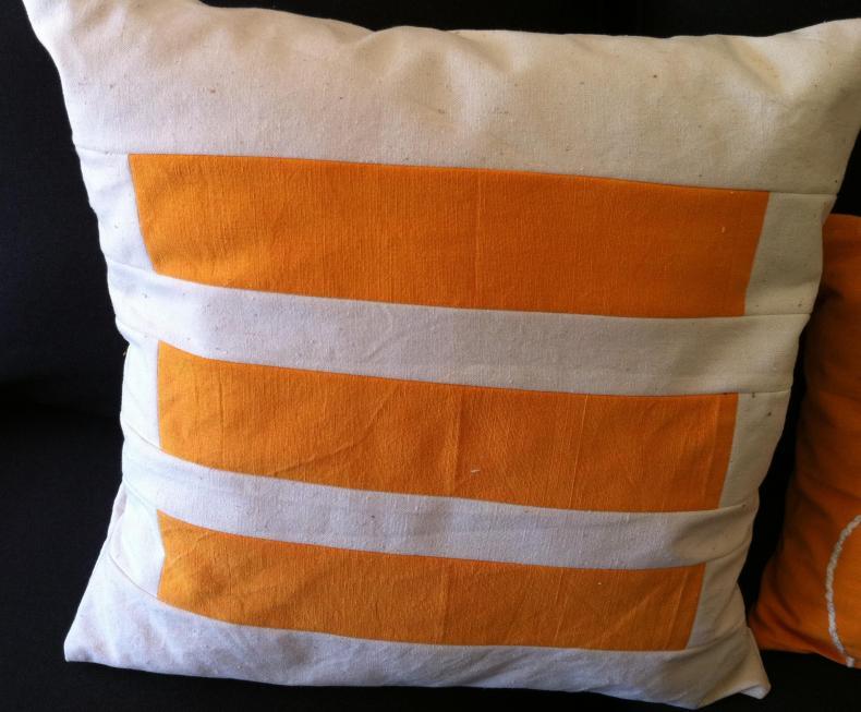 Cojin de patchwork moderno en blanco y naranja