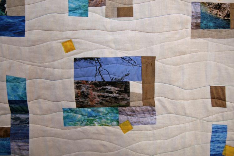 Détail d'un quilt de patchwork improvisé avec photos imprimées sur tissu