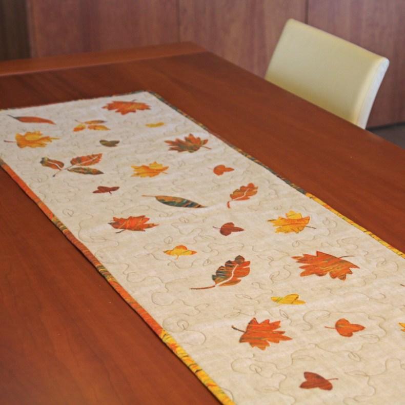 camino de mesa hojas de otoño sobre mesa de madera