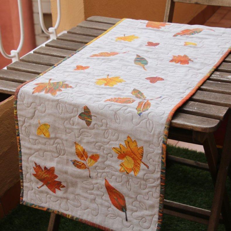 camino de mesa patchwork de otoño en lino acolchado con hojas