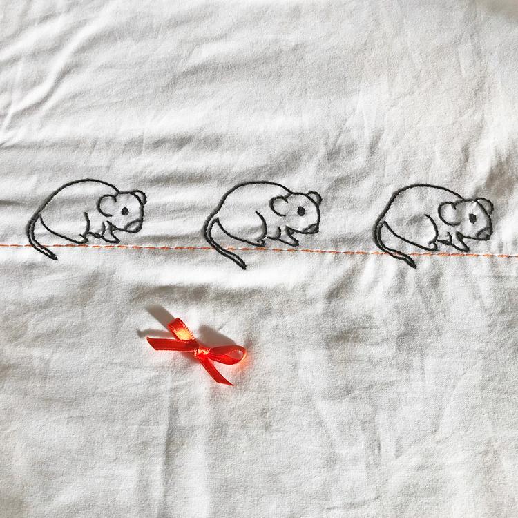 ratincitos bordados en trasera de colcha de patchwork