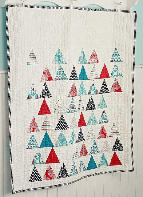 quilt de patchwork moderno navideño o invernal con triángulos rojo, azul, blanco