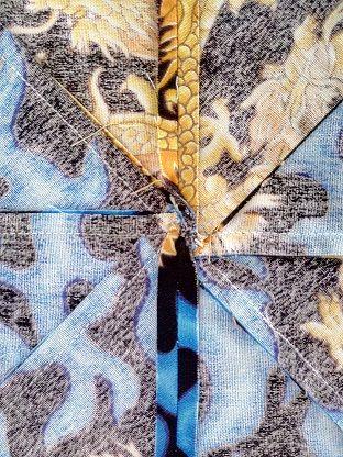 Imagen de el revés de una labor de rehilete en patchwork en donde coinciden las costuras