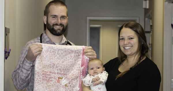 El doctor con un bebé y una de sus mantas