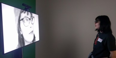 Son propre portrait lui est présenté sur l'installation.