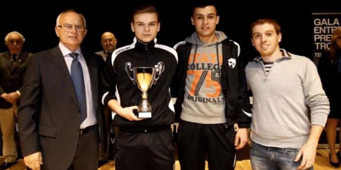 Jugadores de La Canyada C.F.S. posan con el trofeo que acredita el subcampeonato