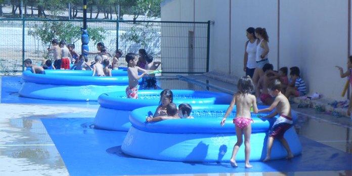 Los niños de la escuela de Jaume I en las piscinas
