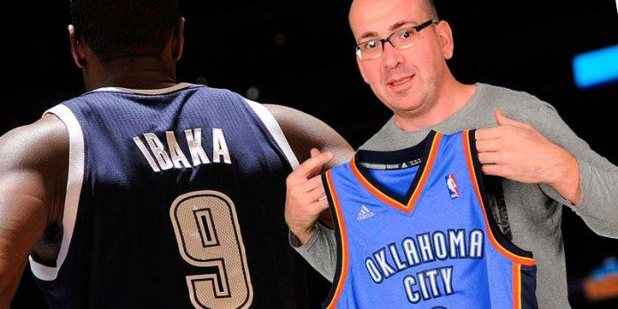 Eloy Rojas, miembro de la asociación, muestra la camiseta cedida por Serge Ibaka