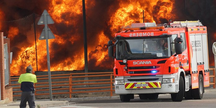 Una de las unidades de bomberos que han acudido a la zona del incendio