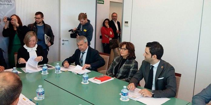 El alcalde, Juan Antonio Sagredo, durante la firma del acuerdo