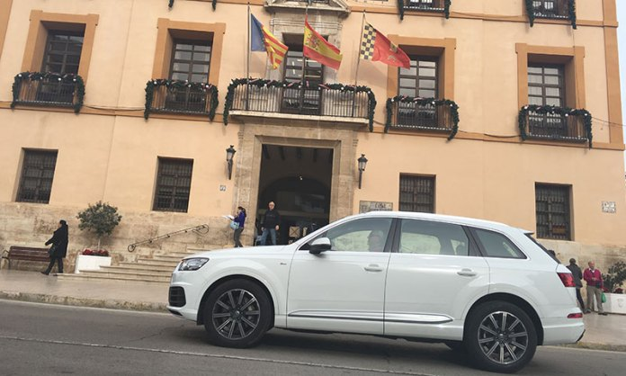 Un vehículo circula frente a la fachada del Ayuntamiento de Paterna