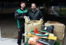 El concejal de Deportes, José Manuel Mora, haciendo entrega del material