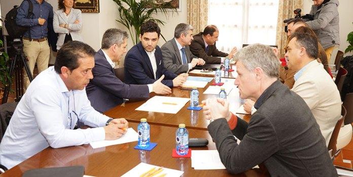 Instante de la reunión de alcaldes afectados por la Línea 2